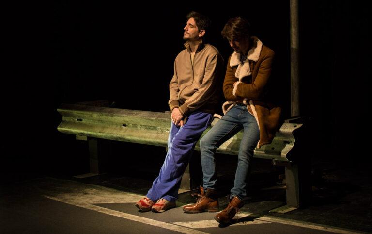 Dos seres viven una historia de amor a la distancia y, poco a poco, cada uno se convierte en lo único que el otro tiene en el mundo