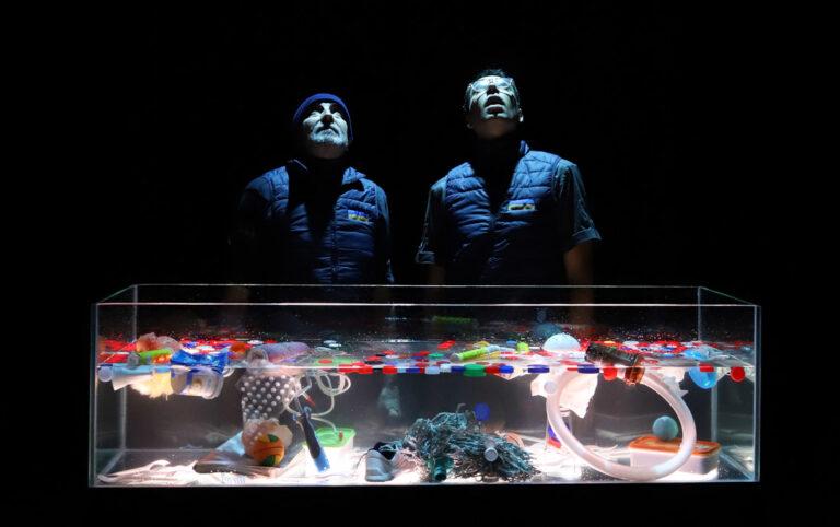 El capitán Nemo aprecia el mar más que a su propia vida. Nemo vive a bordo del Nautilus, un submarino secreto que recorre los océanos de todo el mundo, lejos de todo y de todos. Pero desde hace un tiempo, el capitán observa que los bancos de coral se han convertido en montañas de basura, los peces en bolsas de plástico, y las praderas de posidonia en vertederos acuáticos. La vida marina está en peligro y Nemo se ha propuesto evitarlo, pero no puede hacerlo solo.