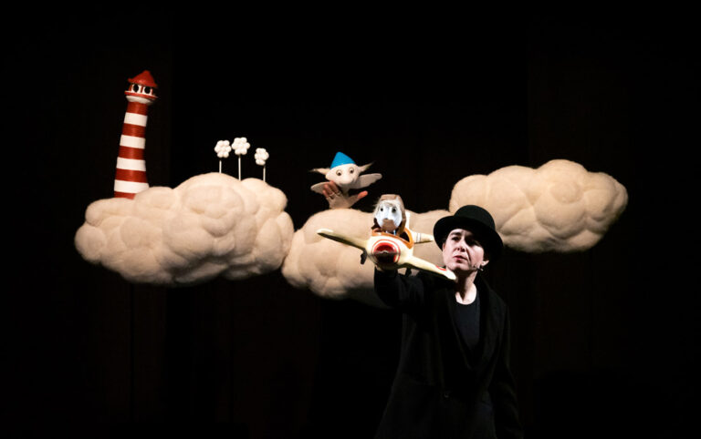 """""""Nube Nube"""" es un juego poético sobre la idea del amor romántico que se nos transmite desde la más tierna infancia. Inspirado en el cuento de """"La Sirenita"""", en """"Nube Nube"""" hacemos una revisión, desde el humor y el amor, de lo que somos capaces de hacer para querer y que nos quieran"""