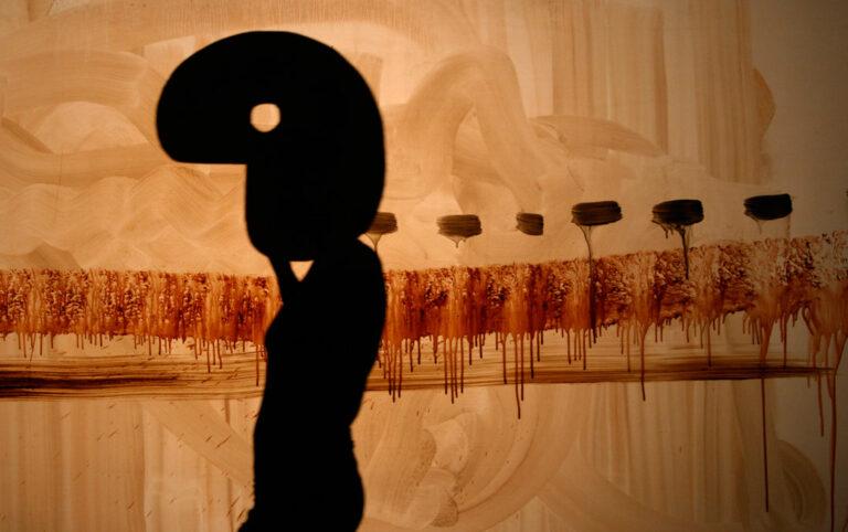 Nuestra investigación acerca del material tierra nos llevó a desarrollar diferentes propuestas plásticas. Con cada una de ellas, compusimos una partitura que varía según el tipo de tierra que utilizamos. Es por esta razón que el espectáculo Tierra Efímera se encuentra en una constante evolución. Entre arquitectura efímera y coreografía pictórica, la tierra se expresa a nivel plástico. Con una inquietante sensualidad, el espectáculo juega con la fusión entre pintura y cine, dibujo animado y coreografía, teatro de sombras y creación gráfica.